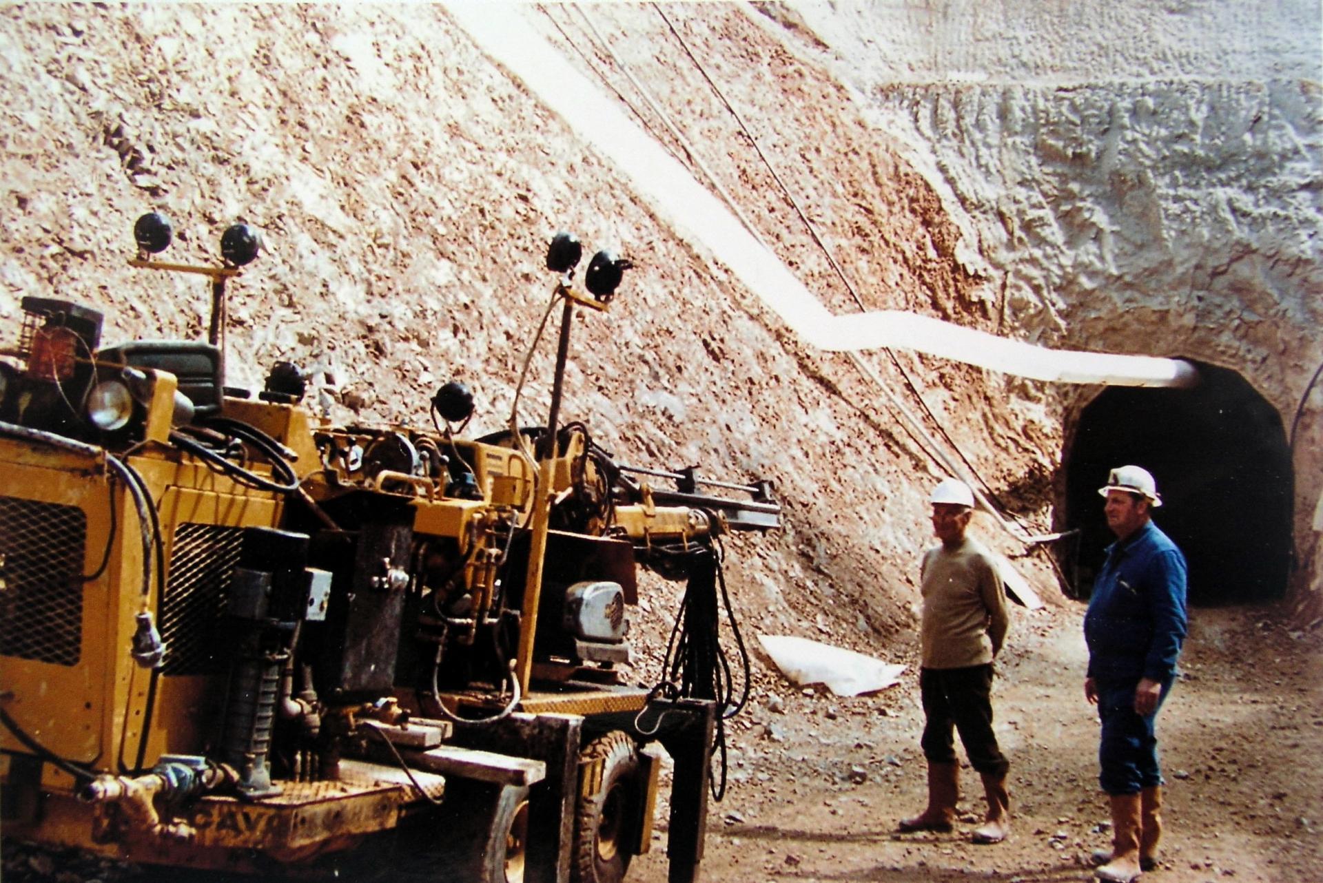 Engin entrant dans la mine.