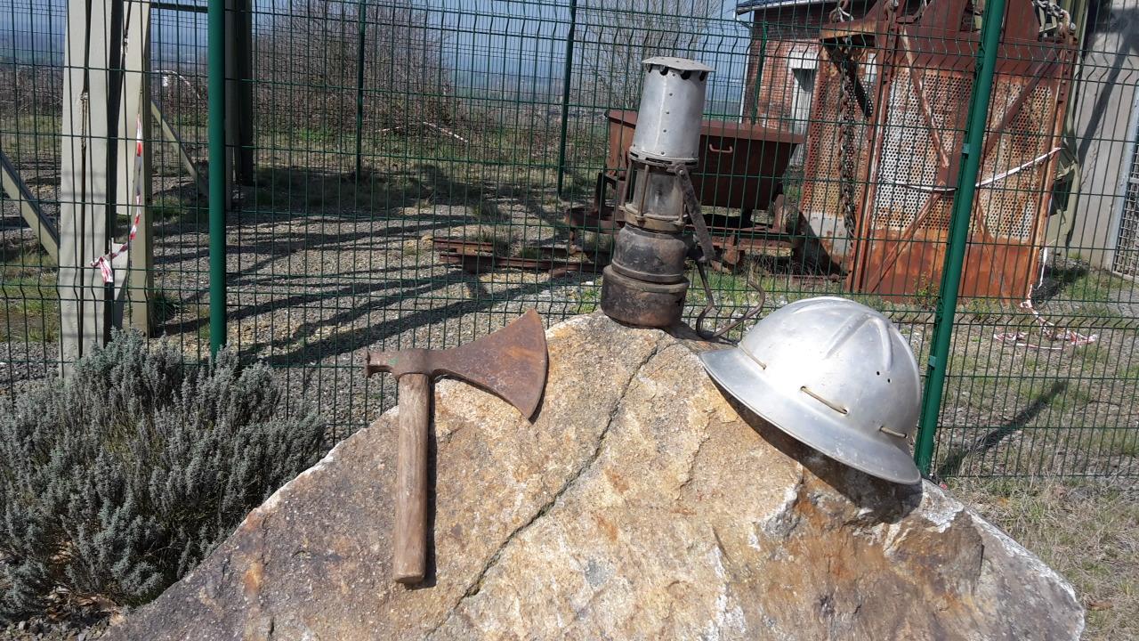 Casque, lampe, hache du mineur-boiseur 1951/1958