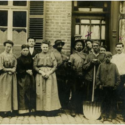 Mineurs devant le cafe des loges